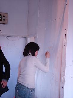 芳名帳がわりに壁に人型とサインを描く