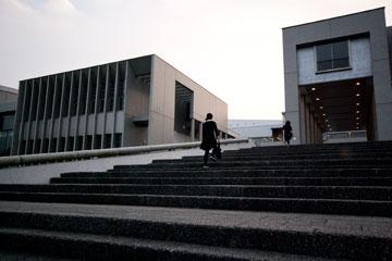 SFCの階段本館前の大階段