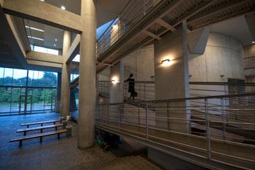 SFCの階段オメガ館のスロープ