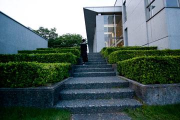 SFCの階段オメガ館前からガリバー池への階段