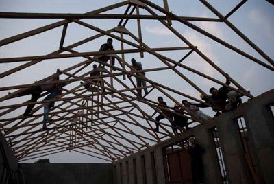 屋根の上で作業