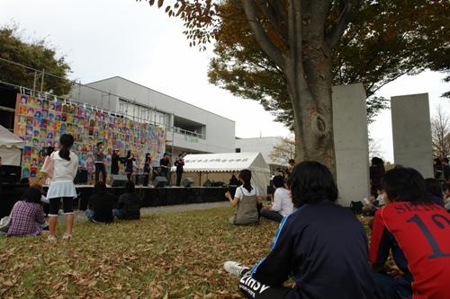 ステージで歌うK.O.E.のメンバー