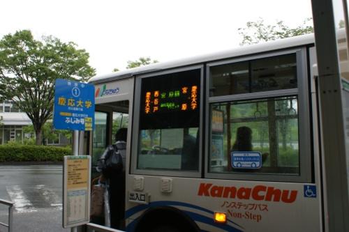 バス停の乗車風景