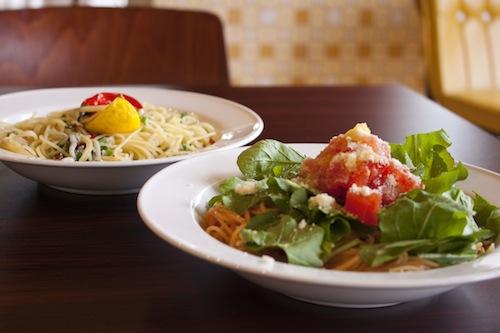 トマトとルッコラのパスタ(手前)と、しらすと柚子のペペロンチーノ(奥)