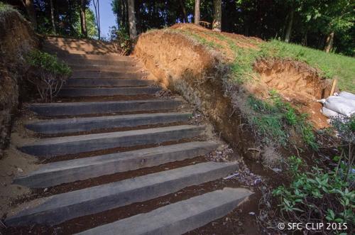 土を掘って枕木が並べられ、階段状になっている。