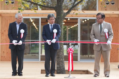 テープカットに臨む徳田教授、河添教授、村井教授(左から)