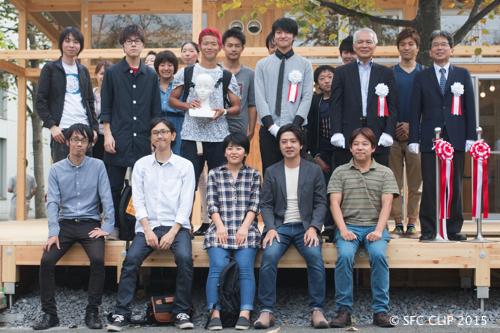 関係者と一般学生の記念撮影