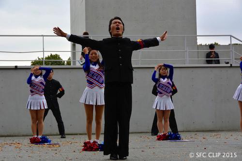 力強いパフォーマンスで早慶戦応援を再現する堤主将