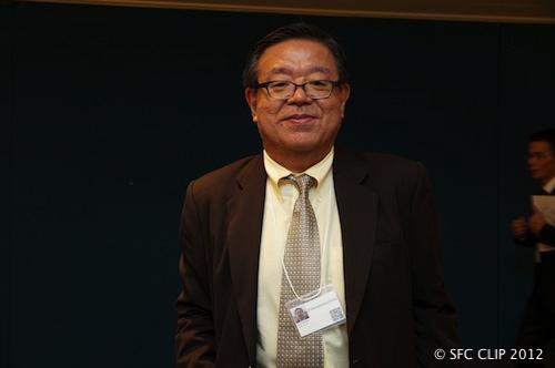 ネームプレートをかける村井純環境情報学部長(2012年のORFで)