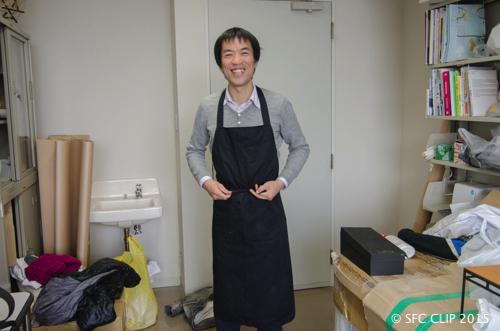 鳴川准教授自身もエプロン姿で切り出しの現場に立った