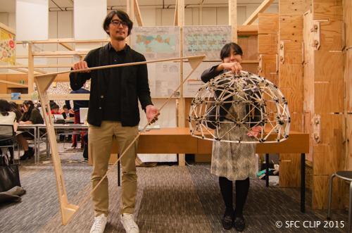 左が三角形の部材をもつ平本研究員、右は模型を持つ高橋さん