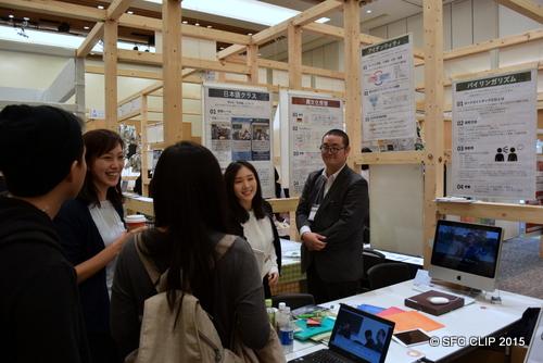 来場者に展示の説明をする杉原研SAの大川さん(総3)