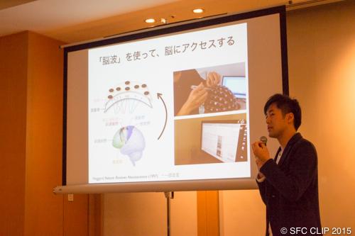 脳波測定装置について語る牛場准教授