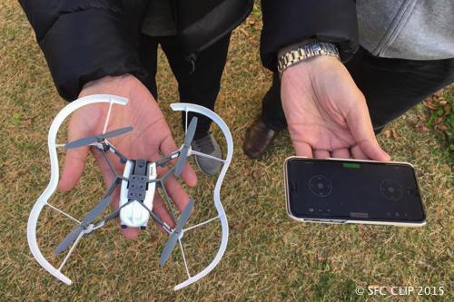手のひらサイズのRolling Spiderはスマホアプリで操縦できる。