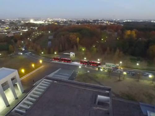 本館前バス停を上空から撮影。4台のバス車両が確認できる。(同提供)