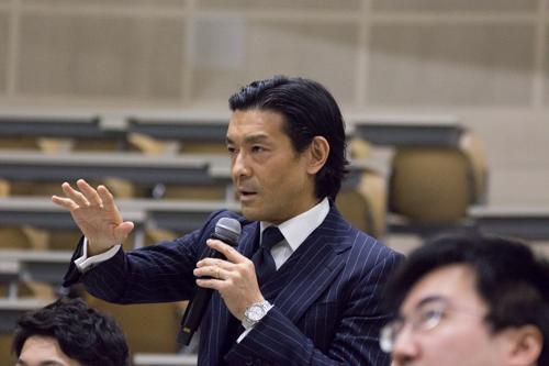 講義には現役教員も多く出席し、中山俊宏総合政策学部教授との掛け合いも見られた。