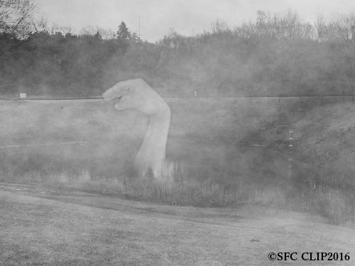 名状しがたき首長の怪獣。未確認動物が発見されるときには 往々にして深い霧が発生しているものである。