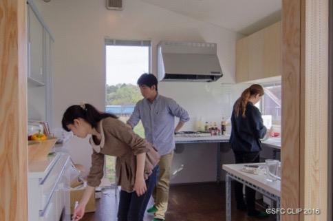 キッチンで料理の準備をする学生
