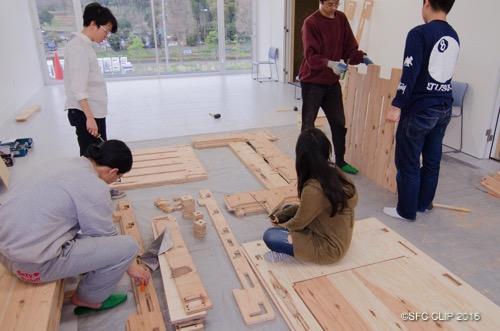 「DFF-W」でベッドを製作するSBCメンバー