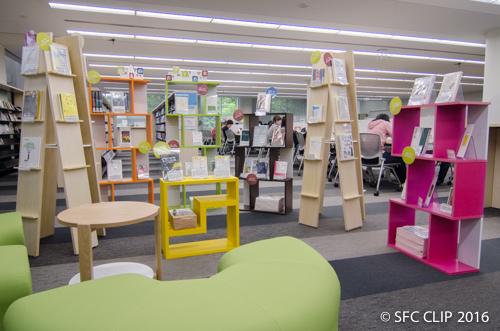 色とりどりの本棚に推薦本が展示されている