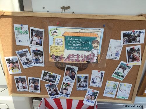 来店したお客さんとの写真が貼られている。