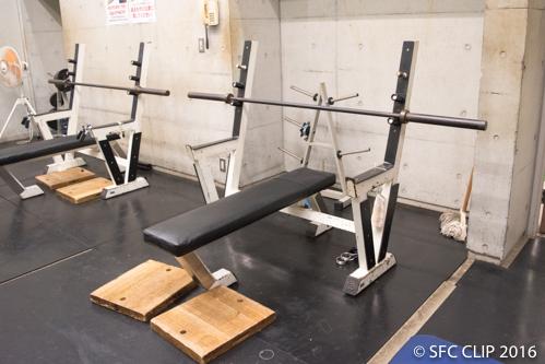 ストレングスルームにはベンチプレス台を始めとしたフリーウェイト用器具がある