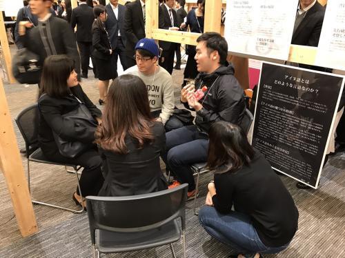 アイヌ語の魅力を語る研究会の学生たち