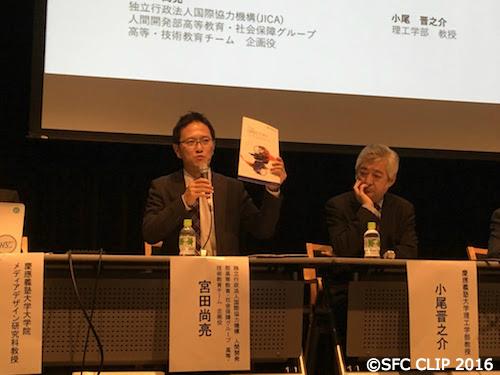 ASEANの人材についての資料を掲げる宮田尚亮氏