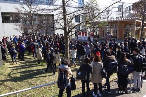 昼休みの時間に行われた報告会。多くの学生が諭吉像前に集まった