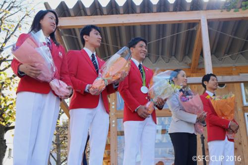 花束を手渡され祝福される選手・監督ら