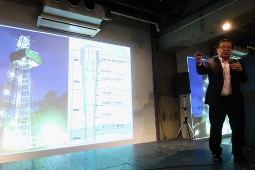 村井学部長はスライドを使いながら温泉計画を説明した(筆者撮影)