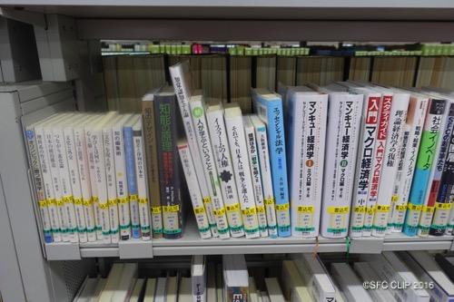 秋学期の教科書リストが設置されている。SFCの教員の本も多くある