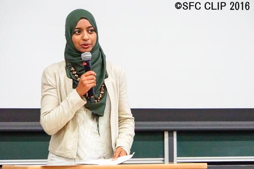 モロッコ国内の言語・民族の多様性について話すハディージャさん