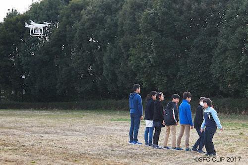 空撮用カメラの前でパフォーマンスを見せる子供たち