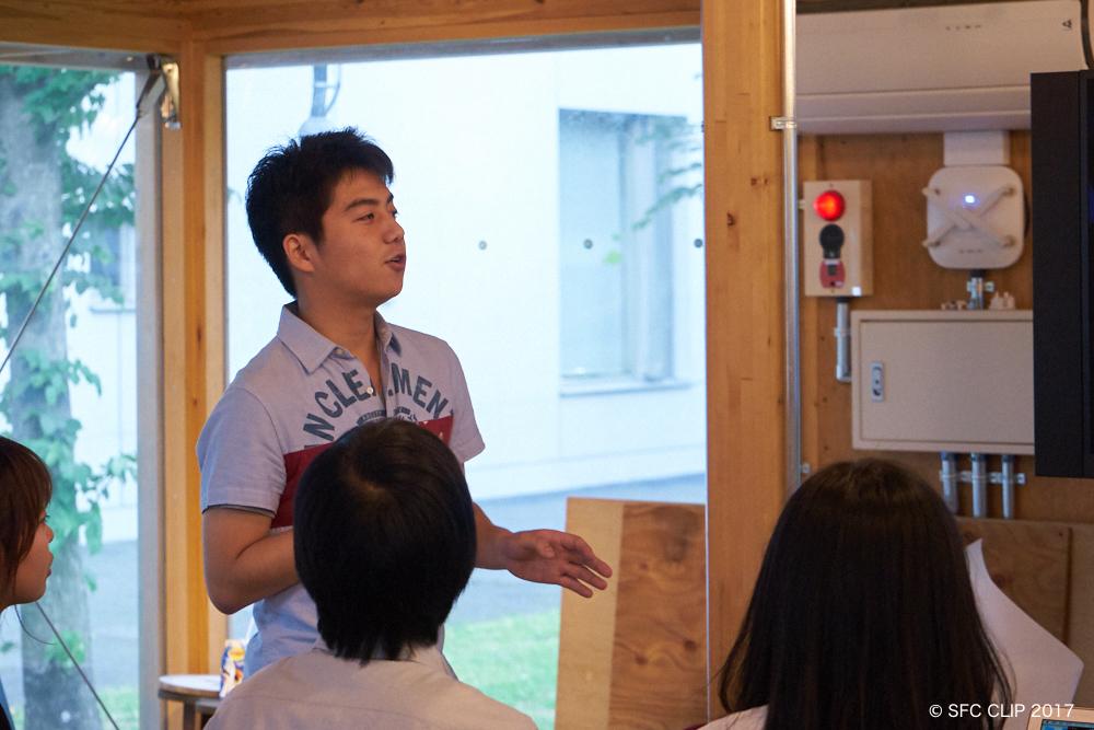 会議の内容を説明する主催者の秋山さん(環3)
