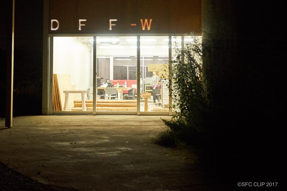 滞在棟1の隣に建てられたDFF-W(Digital Fabrication Factory - Wood)。中には木材加工用のレーザーカッター等が配置された。