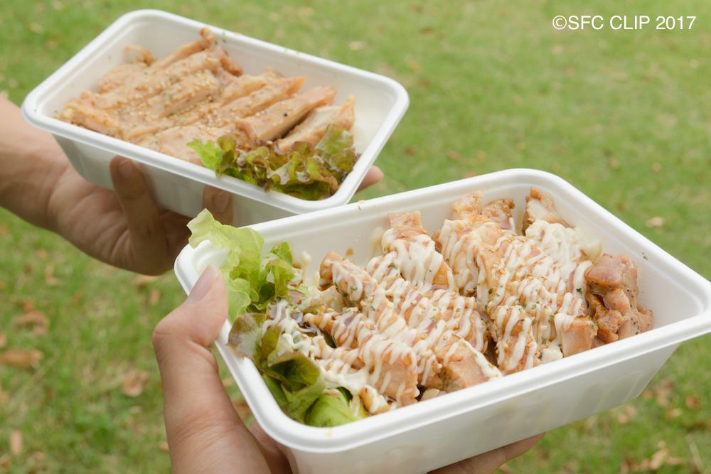 「香味グリルチキン丼」のテリマヨソース(写真手前)とゆず塩だれ(奥)