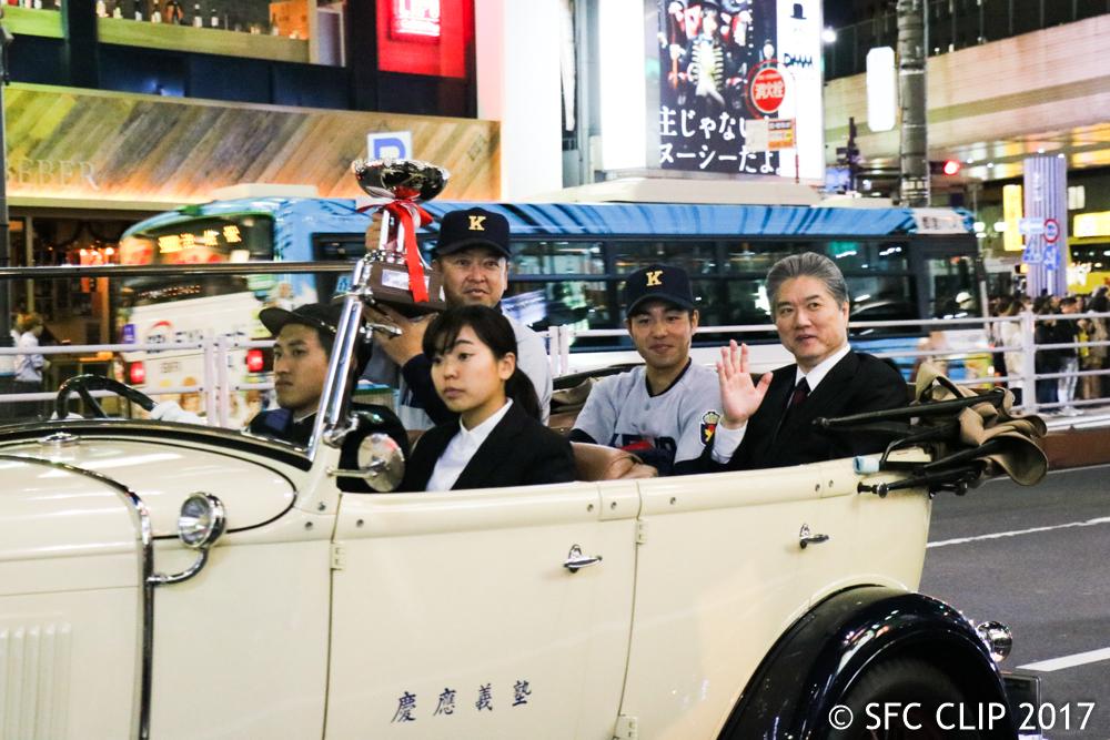 A型フォードに乗り、天皇杯を掲げる大久保監督と長谷山塾長