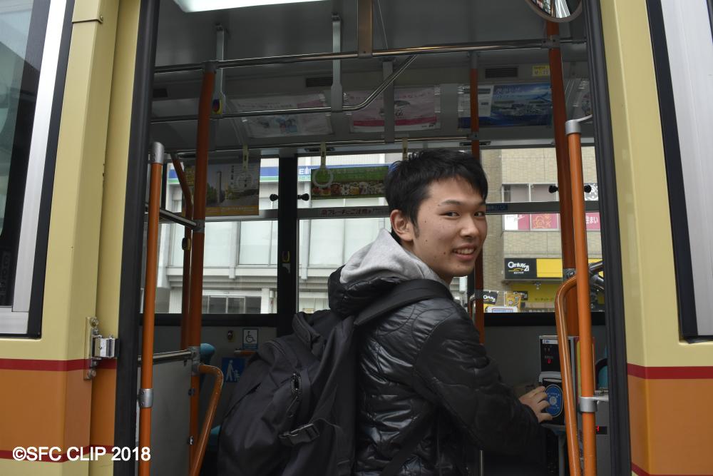 バスに乗り込むよりもバス停の横にいる印象が強い