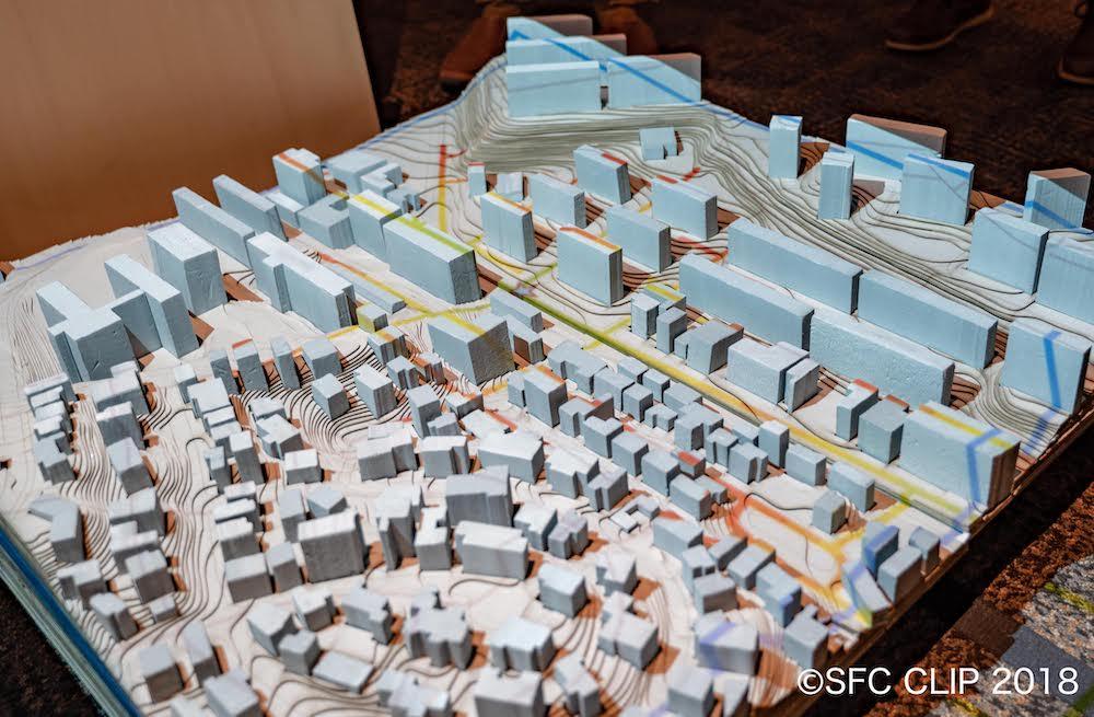地形と建物を再現した模型に分析結果を投影していた