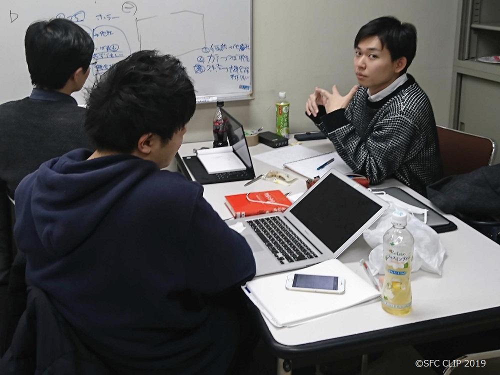 ビジネス研のミーティング風景(左奥は筆者、藤澤さん提供)