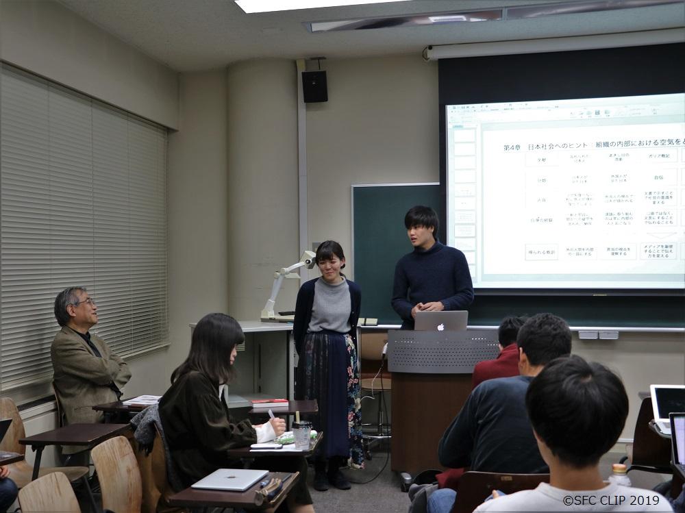 学生にフィードバックをする上山教授。パースペクティブ研究会の最終授業にて