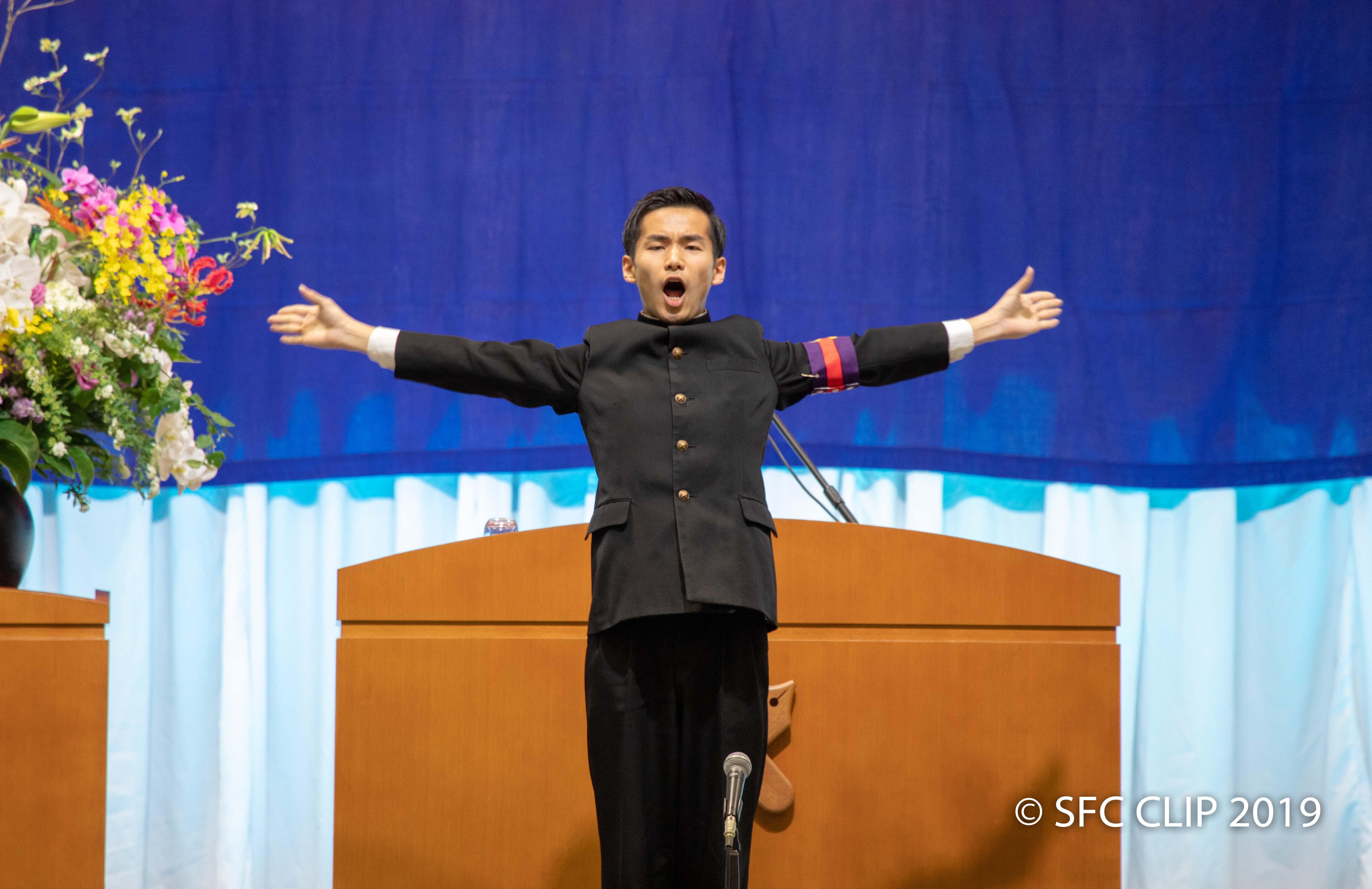 塾歌斉唱を指揮する應援指導部主将の中山貴裕さん(商4)