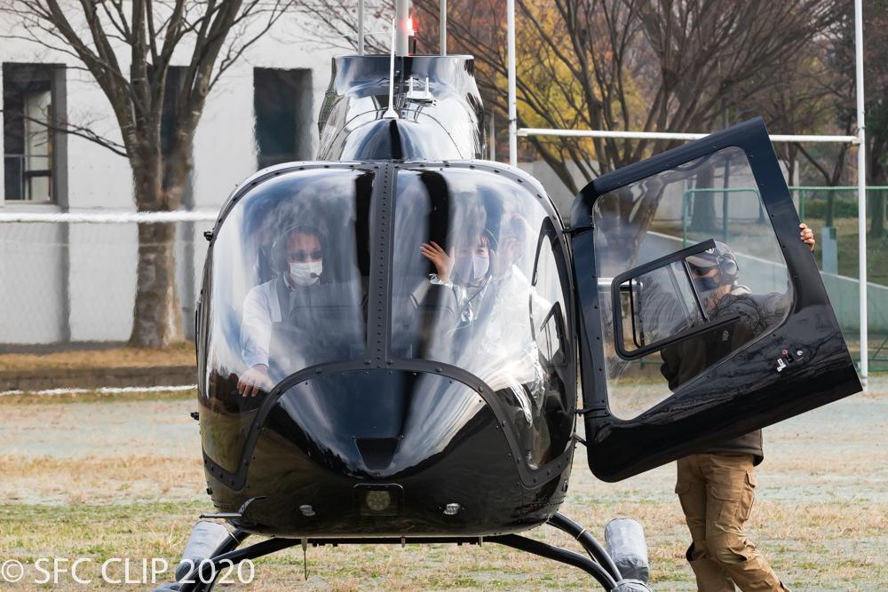 ヘリコプターに乗り込むめいさん
