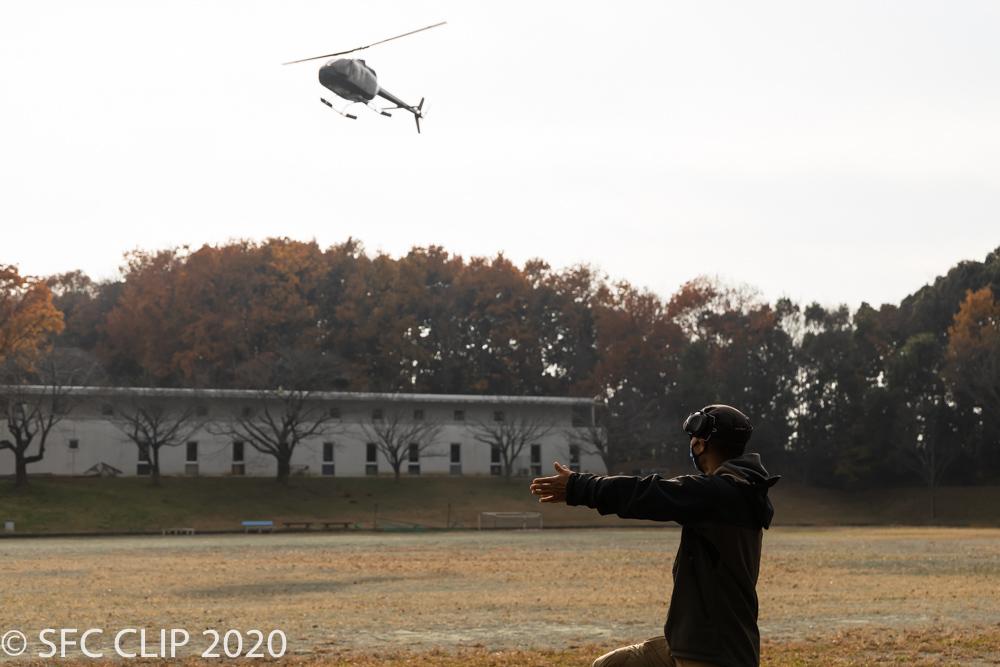 地上では誘導員が離着陸時に合図を出す