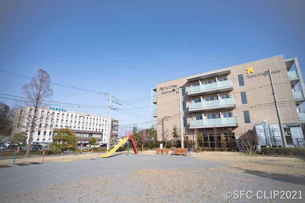建物外観 西隣の「打越公園」側に大きな看板が掲げられている